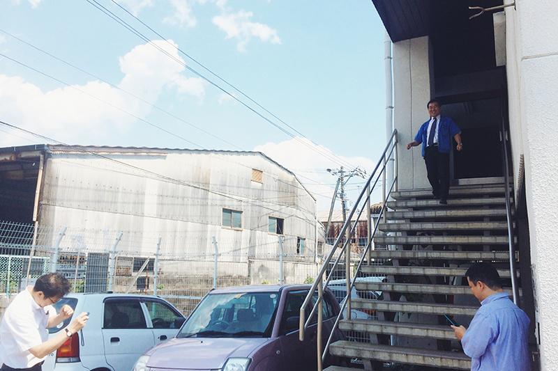 ブログ用の写真を撮っている八木社長と西山社長。